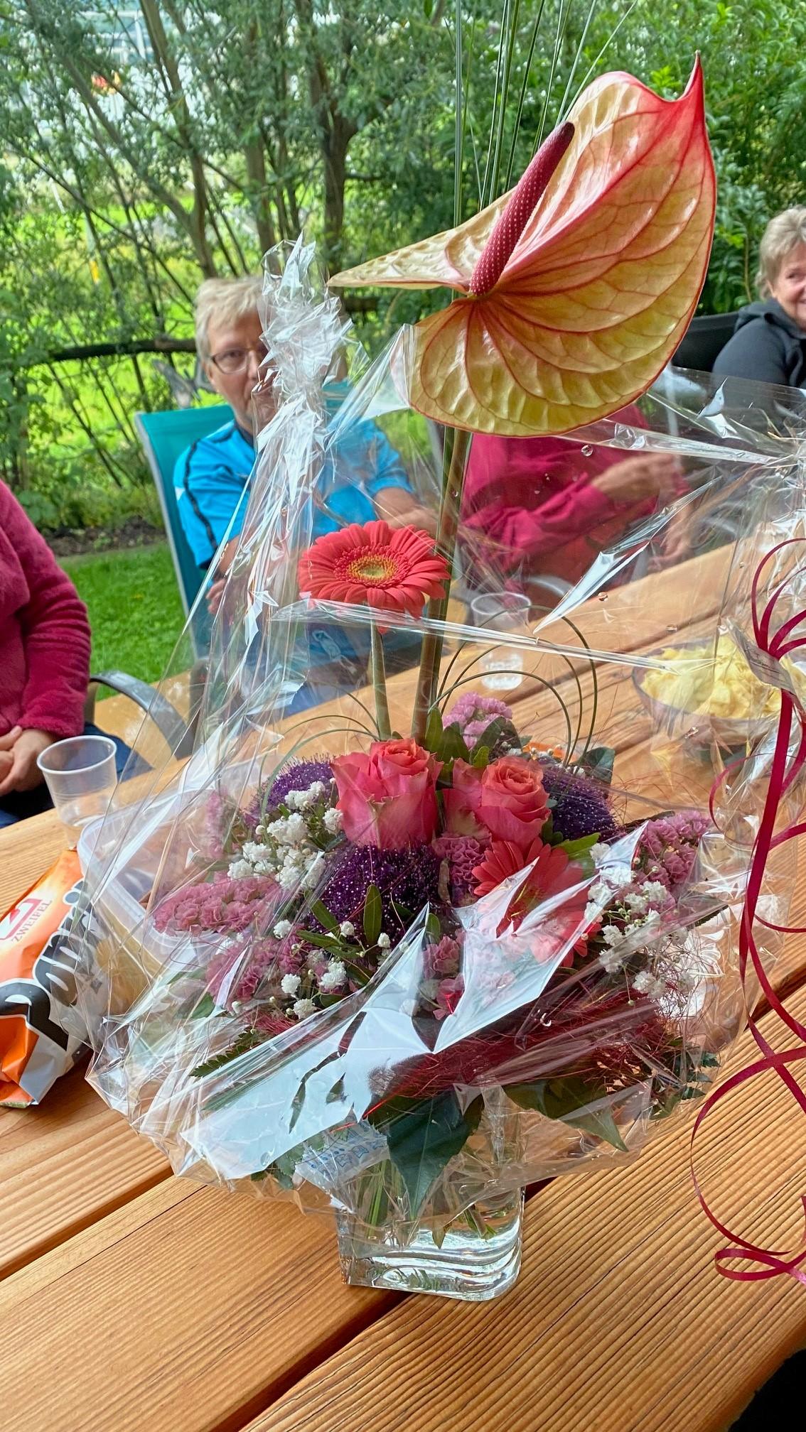 ..Blumen wurden überreicht...