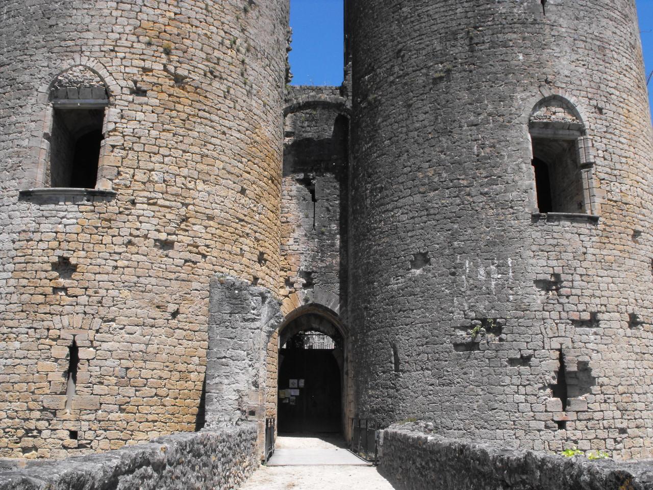 Château de Villandraut, châtelet d'entrée