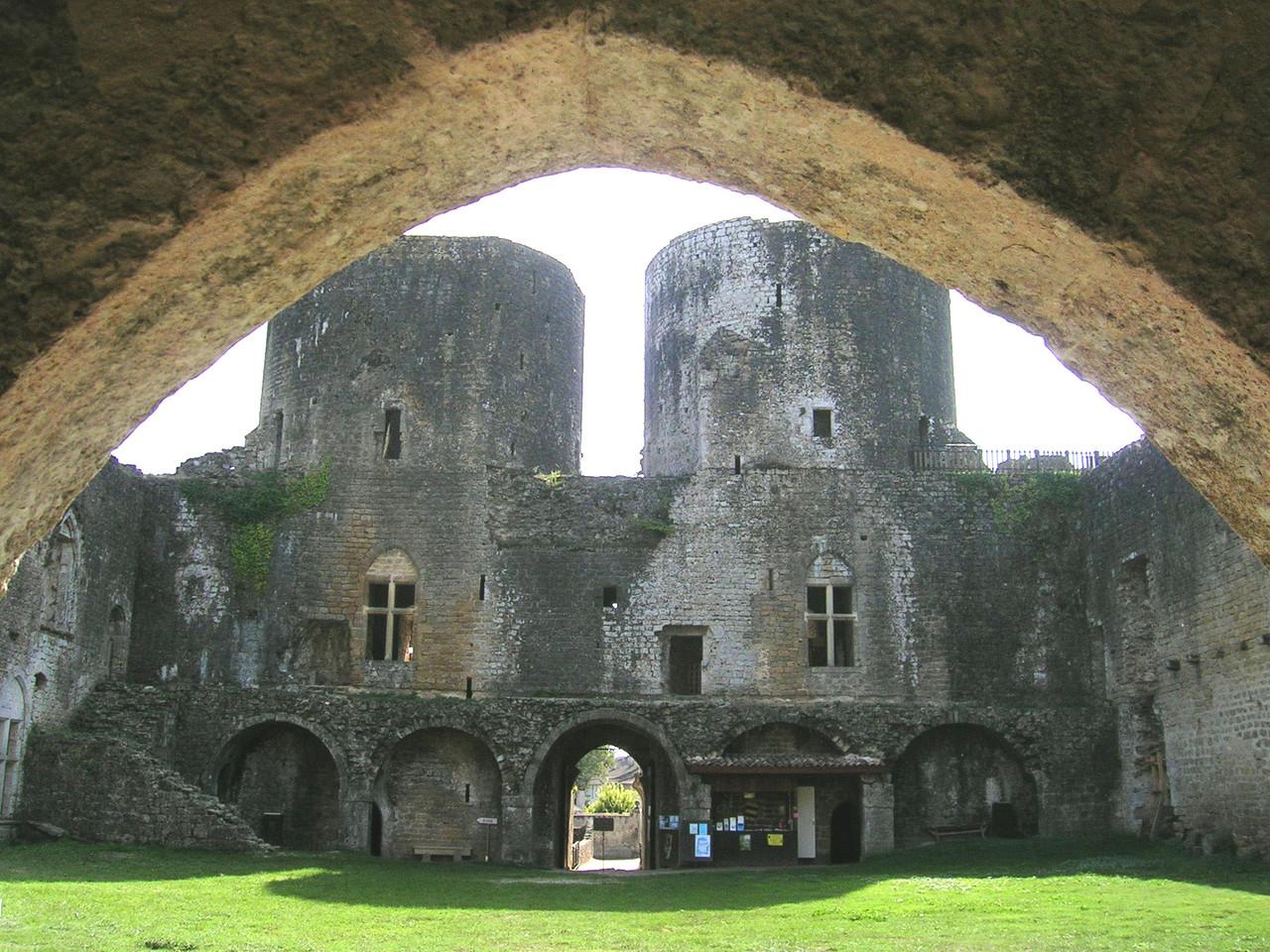 Château de Villandraut, tours d'entrée