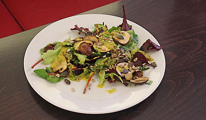 Frühlingssalat mit frischen Champignons