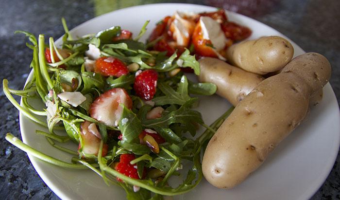 """""""Vohrener Hörnchen"""" mit sommerlichem Salat und Tomaten-Dip"""