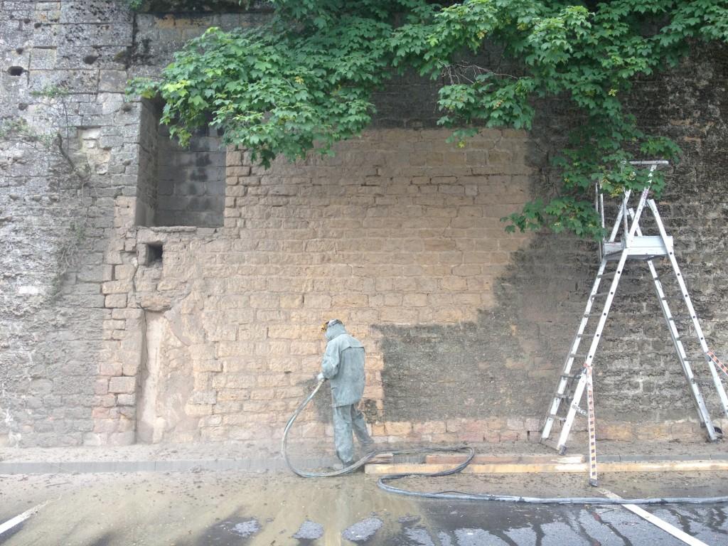 Décapage d'un mur pierre par hydrogommage