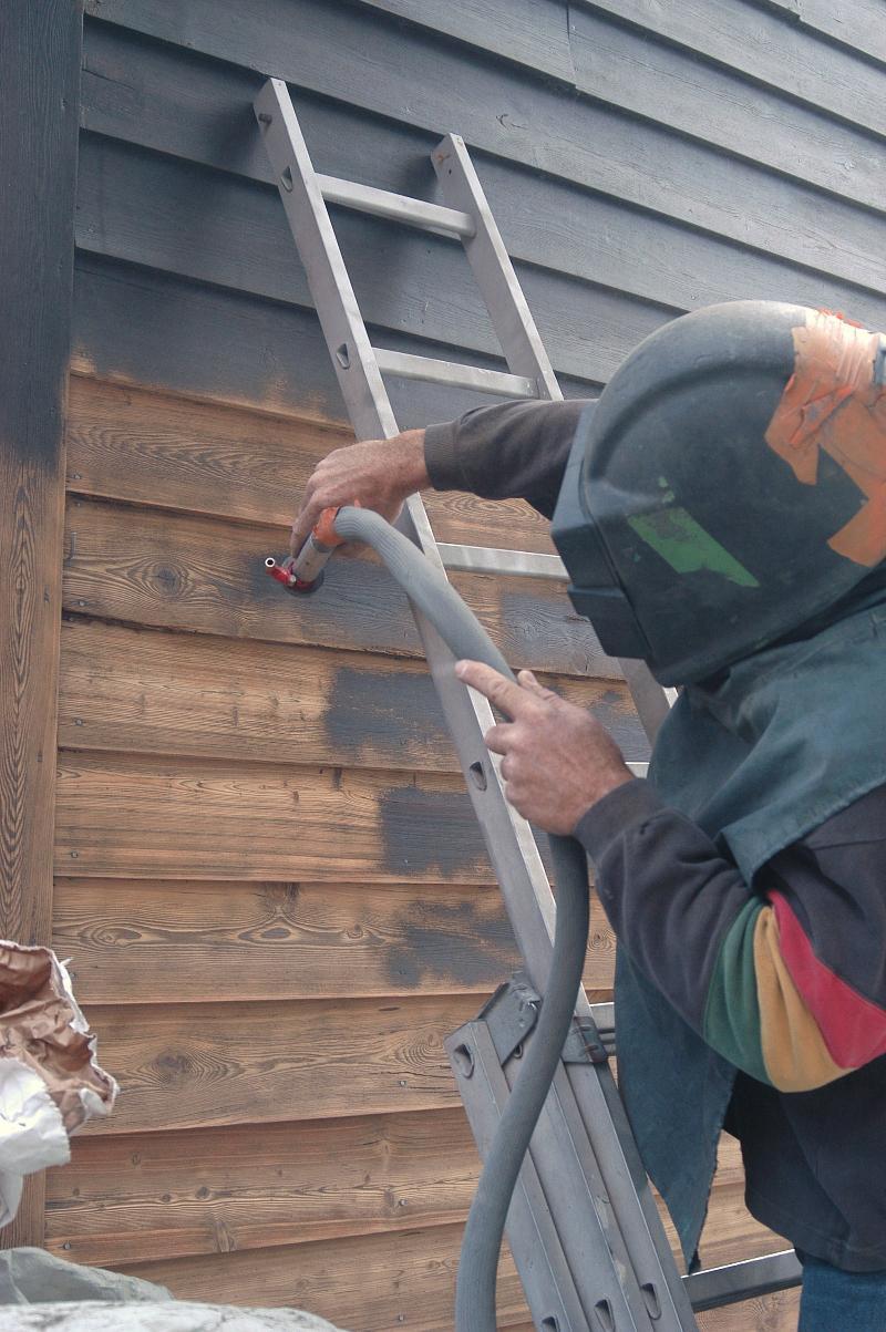 Décapage d'une peinture chalet par aerogommage