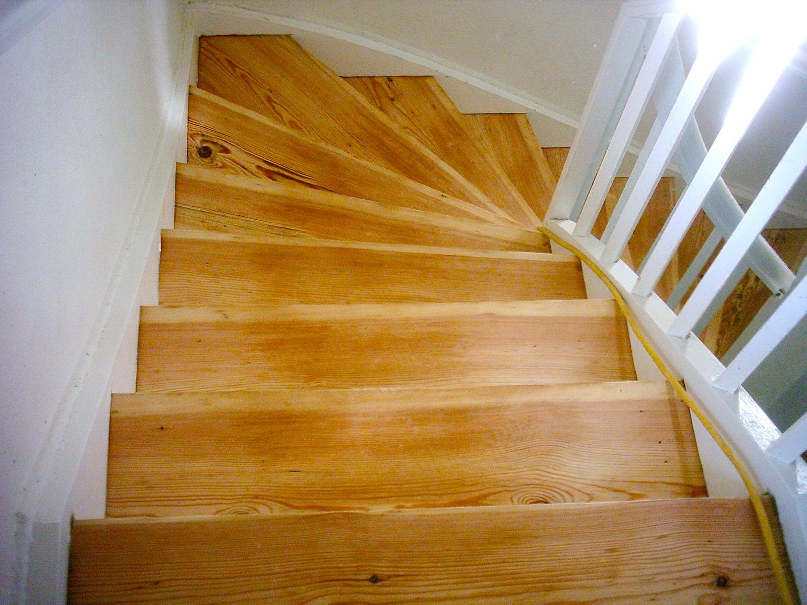 Treppen geschliffen und mit Wasserlack behandelt