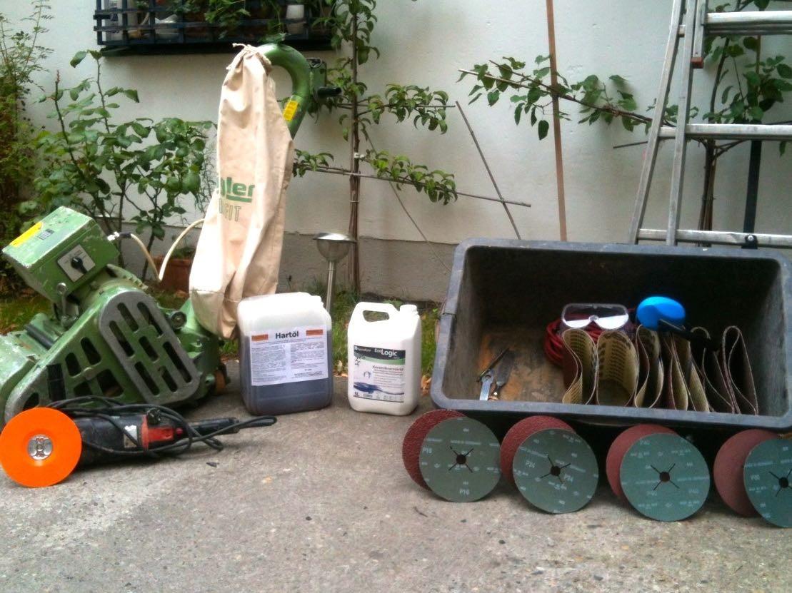 Schleifset besteht aus Parkettschleifmaschine, Randschleifer, Zubehör und Arbeitschutz