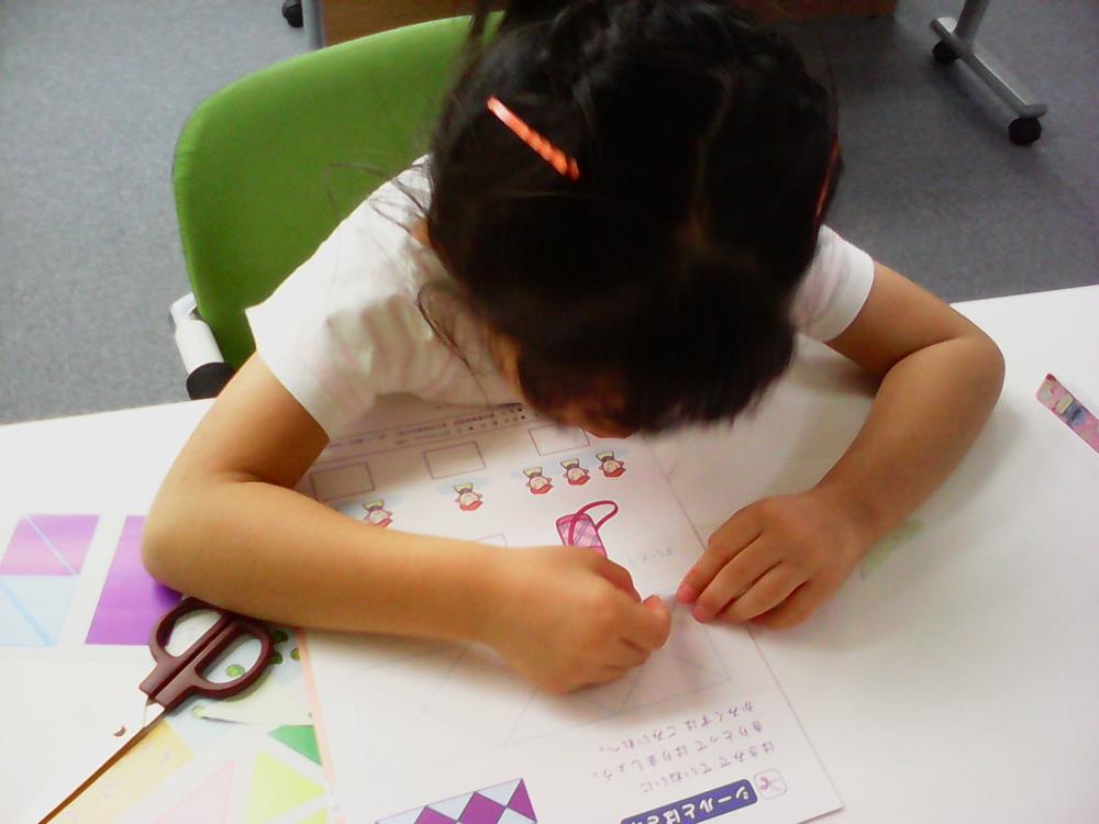 エジソンクラブとは、幼少から小学3年生までのお子様の基礎学力・学習習慣を身につける学習プログラムです。勉強でも運動でも基本の前に基礎が大切です