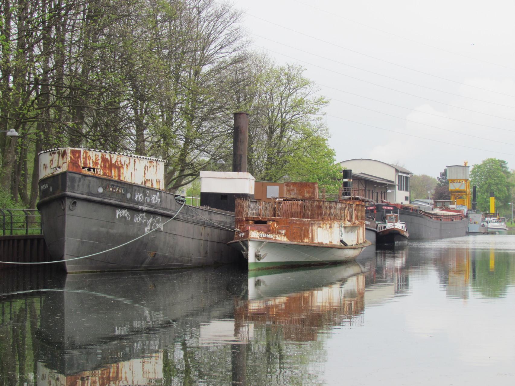 historische Schiffe am Kanal