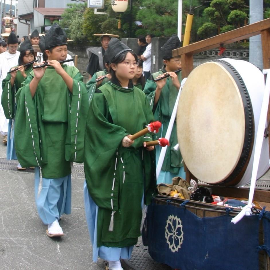 神幸祭で奏楽する太太神楽