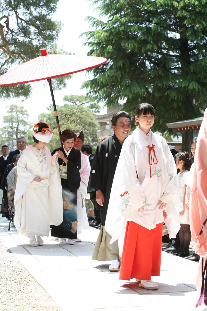 花嫁には朱傘が掲げられます