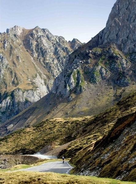 TOURMALET* (Altos Pirineos, Pirineos Centrales, Francia). Altitud 2.215 metros / Longitud 18.8 km / Pendiente media: 7.4% / Pendiente máxima: 13% (km 4 y 8). Más que una montaña, trasciende como monum