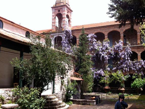 Kloster Lemoni - Pfauen, Mönche und eine Kirche, die nur von Männern betreten werden darf.