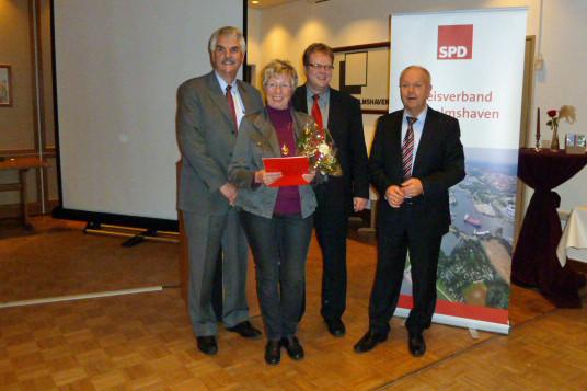 unsere Jubilarin Gudrun Hirsch mit Holger Ansmann, Volker Block und Holger Barkowski