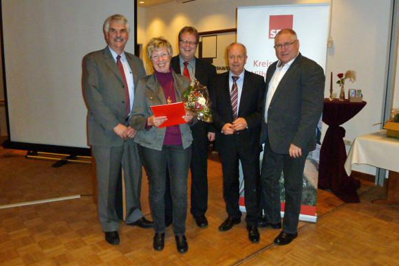 Gudrun Hirsch mit Holger Ansmann, Volker Block, Holger Barkowski und Ratsherr Howard Jacques (OV Voslapp)