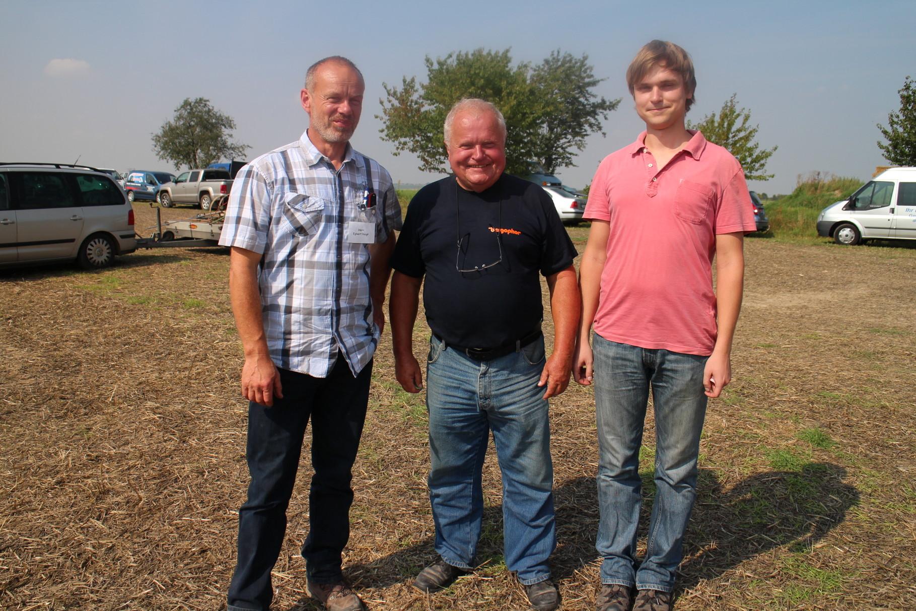 Pferdepflüger Alexander und Opa Rudi Hartmann mit Egbert Voigt
