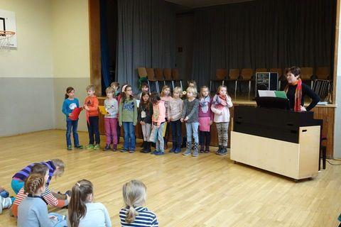 Der Schülerchor hat extra ein Lied für Frau Schneider verfasst.