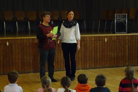 Die Elternbeiratsvorsitzende, Frau Schmidt, überreicht das Präsent der Eltern.