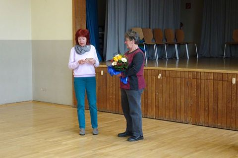 Zum Schluss spricht die Schulleiterin, Frau Nettlau, ihren Dank für die jahrelange zuverlässige Arbeit aus.