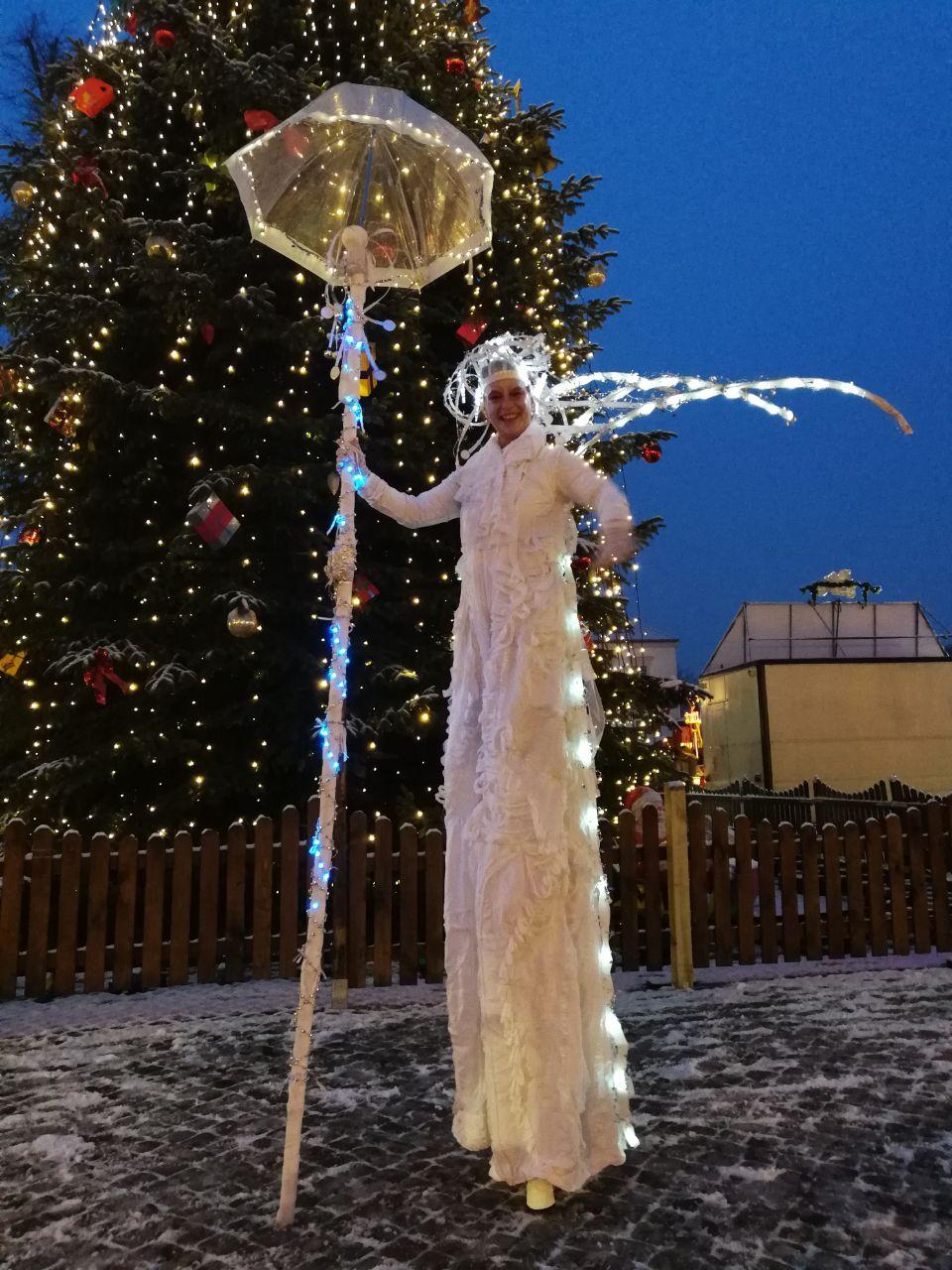 Eiskönigen in Oranienburg Stelzenfiguren und ein geheimnisvoller Märchenwald begeisterten die jungen Besucher auf dem Weihnachtsgans-Auguste-Markt