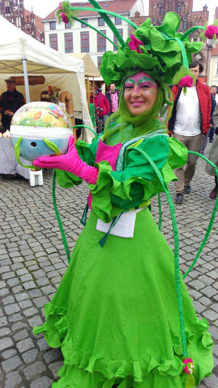 Florentina mit ihrem zauberhaften Osterguckkastenei