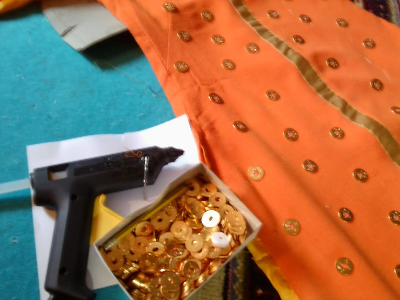 Kostümbearbeitung mit der Klebepistole