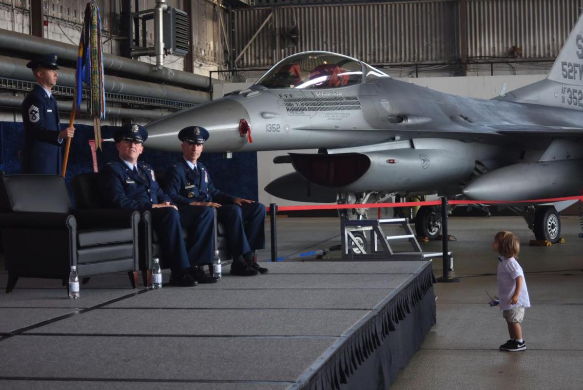 Täter vor Kriegsflugzeug