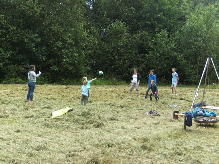 Die Kinder hatten viel Spaß mit Ball, Wikingerschach und dem frisch gemähten Heu auf der großen Wiese.