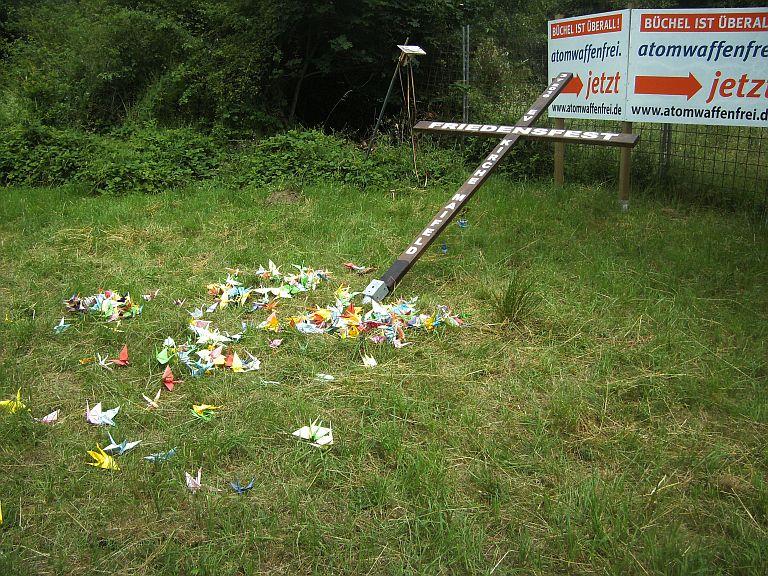 Zwei Tage nach dem Friedensfest wurde unser Friedenskreuz mit den Kranichen zerstört.