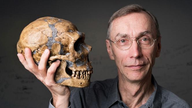 Svante Pääbo mit dem Schädel eines Neandertalers (Foto: Friedrun Reinhold)