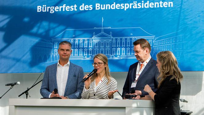 Jochen Beuckers, »Engagierte Stadt« Königswinter (re.) beim Bühnengespräch mit Eva Nemela, Körber-Stiftung (Foto: Sebastian Pfütze)