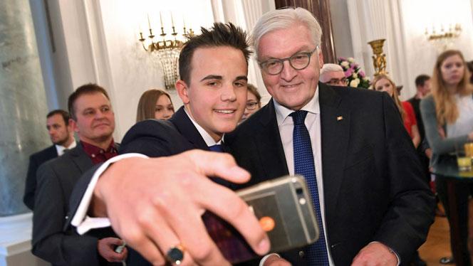 Bundespräsident Frank-Walter Steinmeier erlaubt beim Schülerbesuch auch mal ein Selfie (Foto: David Ausserhofer)