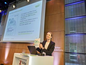 Janna Pahnke von der Stiftung »Haus der kleinen Forscher« präsentierte den Leitfaden zur Selbstanalyse (Foto: Claudia Höhne)