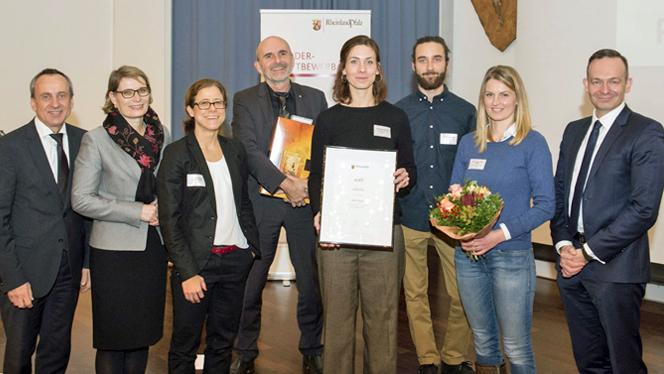 Die Minister Hubig, Wissing und Wolf mit der Jurysprecherin Kowitz-Harms und den Vertretern der MINT-Region Mainz-Bingen (Foto: Peter Pulkowski)