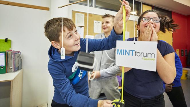 Viele Schüler beteiligten sich an dem kreativen Wettbewerb des MINT-Tages und bauten MINT-Mobiles (Foto: MINTforum Hamburg/Claudia Höhne)