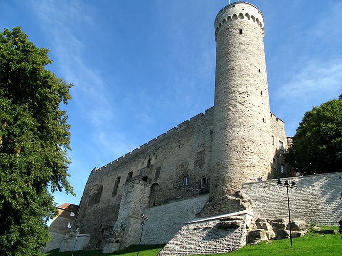 замок на Тоомпеа (вид с другой стороны)