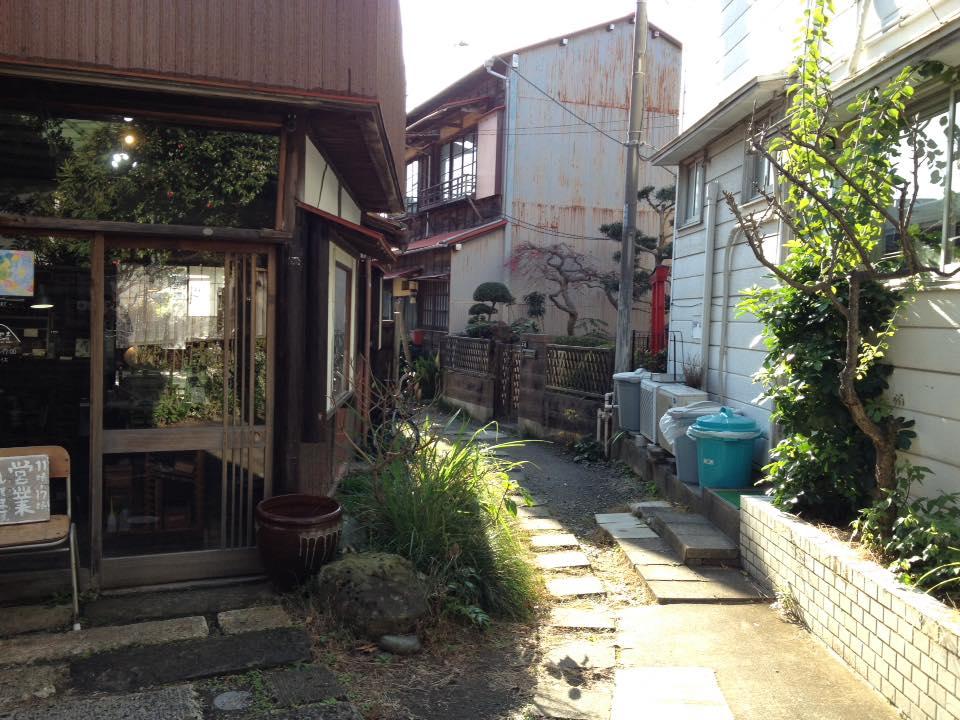 お店の右側にある路地。 飛び石を進むと、 奥には中庭のあるギャラリー『お風呂場』があります。
