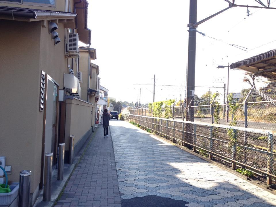右側のフェンス越しに線路を見ながら、まだ ま~っすぐです。