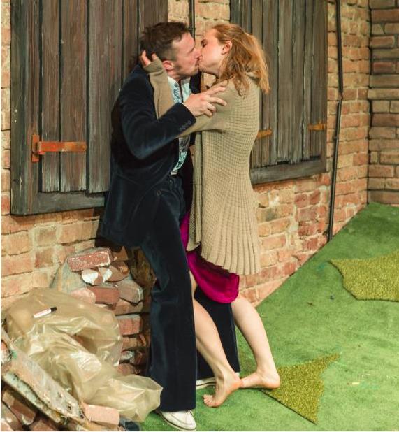Szenenfoto Theater Phönix 2016, Felix Rank u. Katharina von Harsdorf (c) Christian Herzenberger