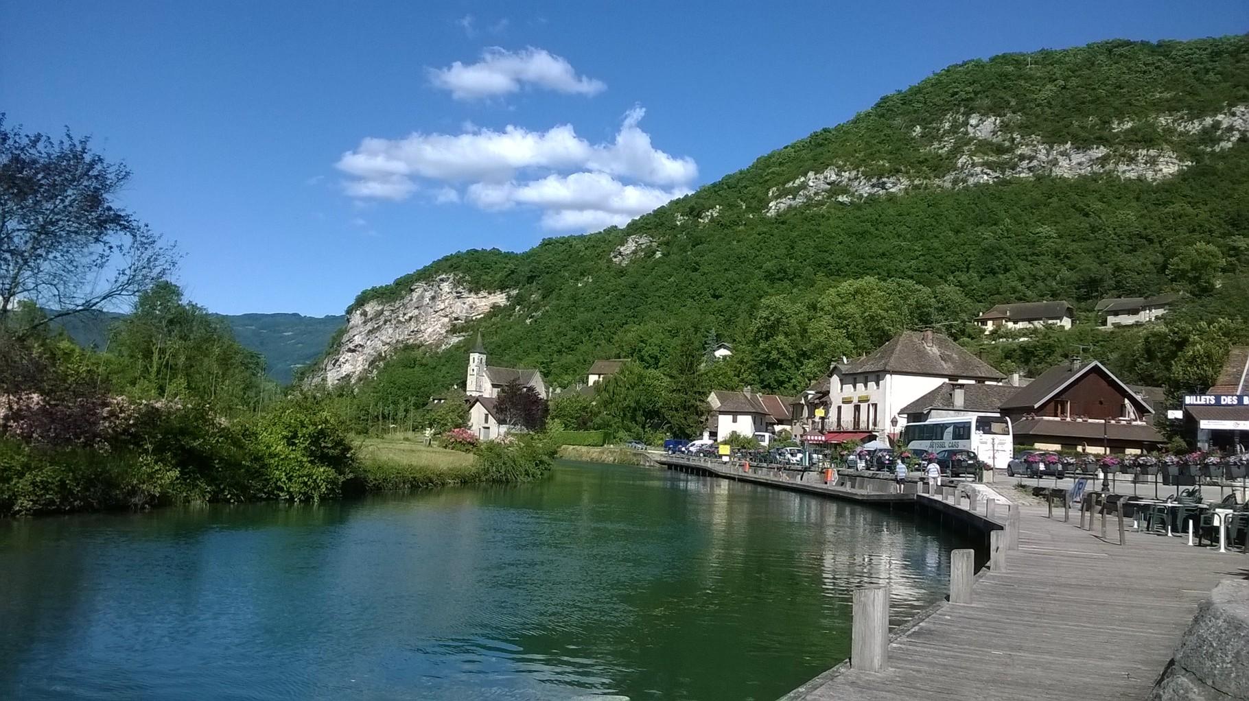 Le village de Chanaz au bord du canal de Savière