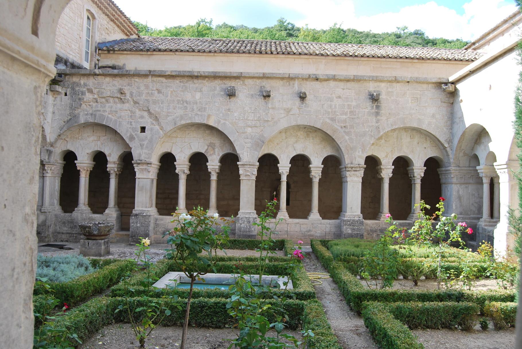Le cloître de l'abbaye de Sénanque