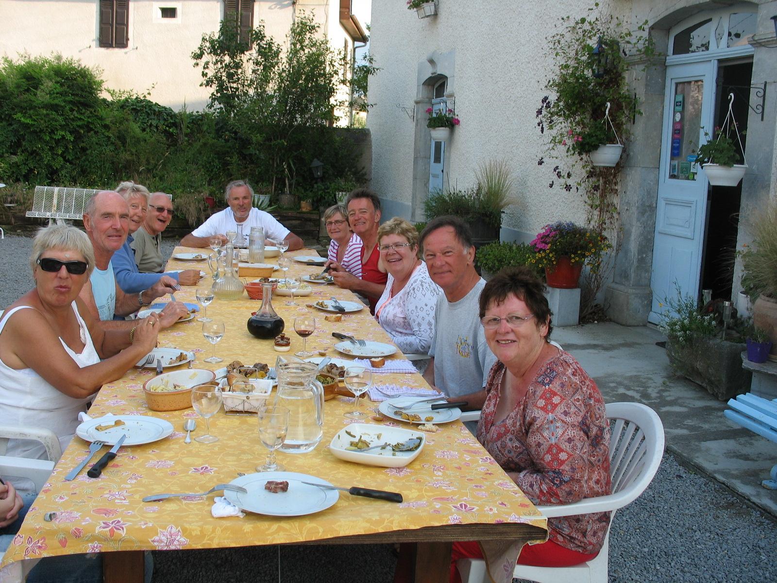 Chaque soir, dîner convivial à la table de Rolande