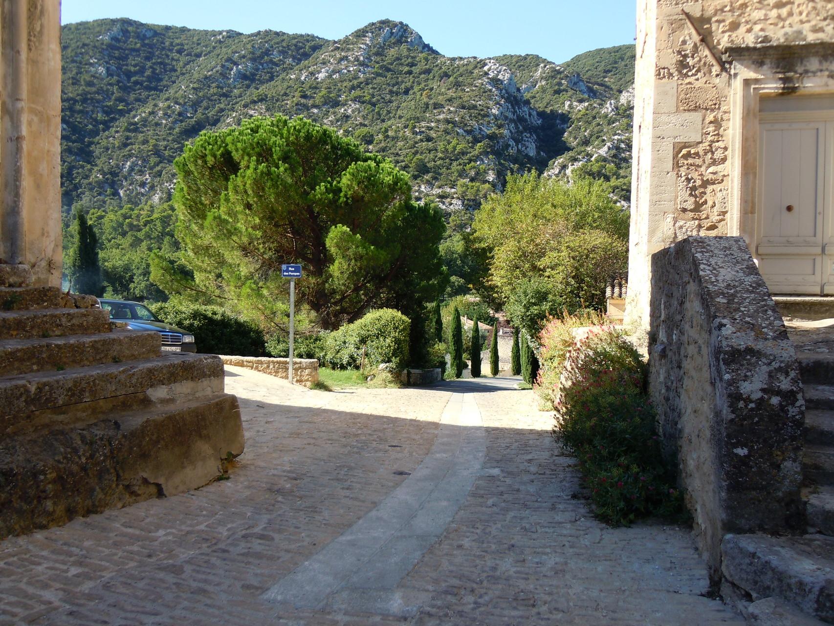 La randonnée passe par le village de Maubec