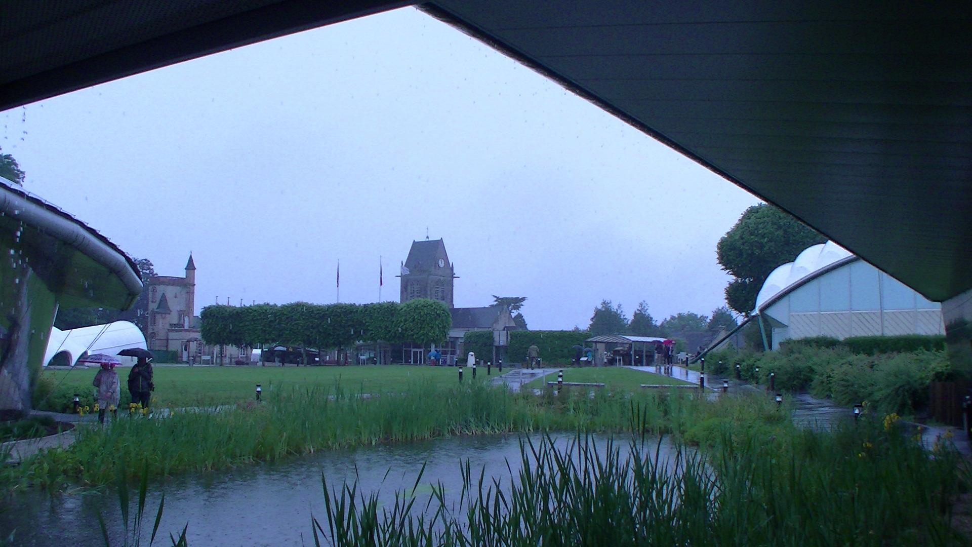 Sainte Mère l'Eglise sous la pluie
