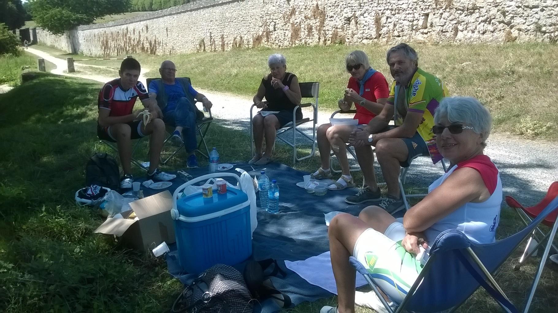 Pause pique-nique des Cyclos de Bailleval en bord de Loire