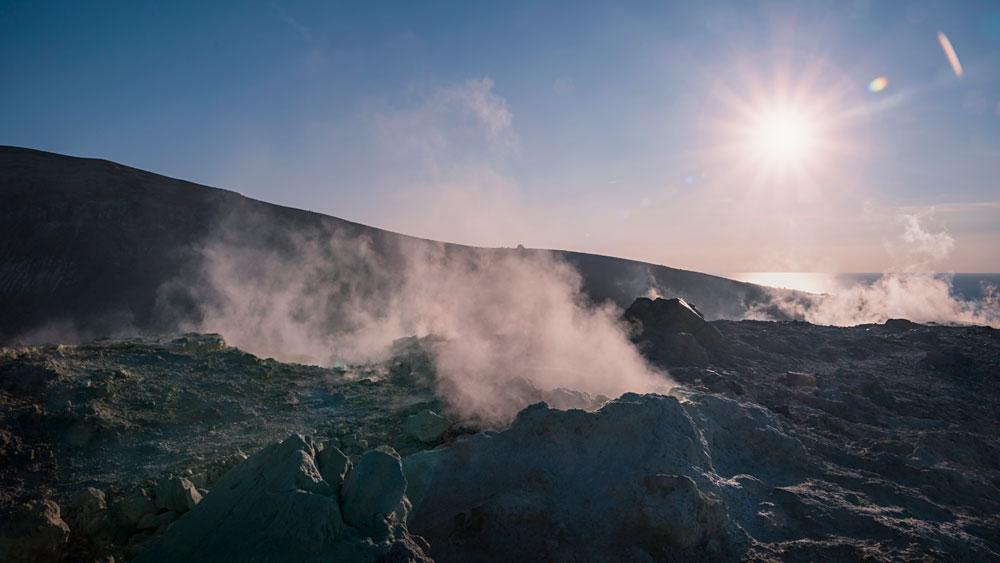 Vulcano; Schwefeldämpfe; Vulkanische Aktivität; Sizilien; Sonnenuntergang; Krater