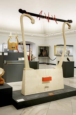 Das Glanzstück der Ausstellung Mus-Ic-On ist der Nachbau der übermannsgroßen Leier von Inandik (aus der Türkei)