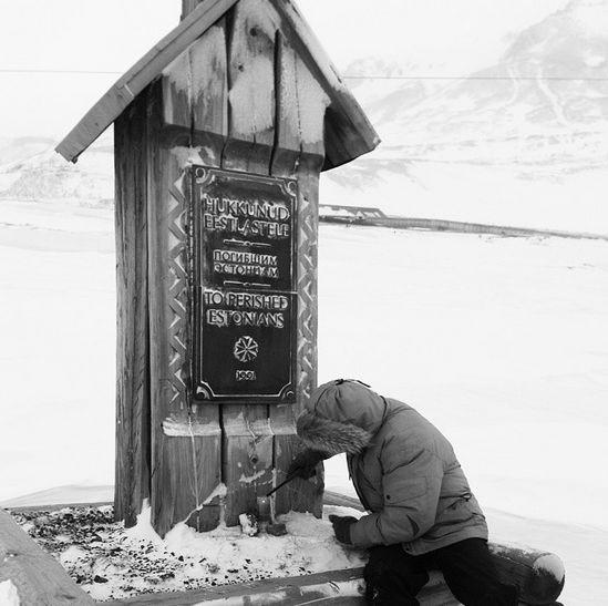"""Gedenkkreuz für die die auf der Ehrenfriedhof """"Norilsk Golgotha"""" begrabenen Esten. Tafel mit Text in drei Sprachen (Estnisch, Russisch und Englisch): """"Den Todesopfern unter den Esten gewidmet""""."""