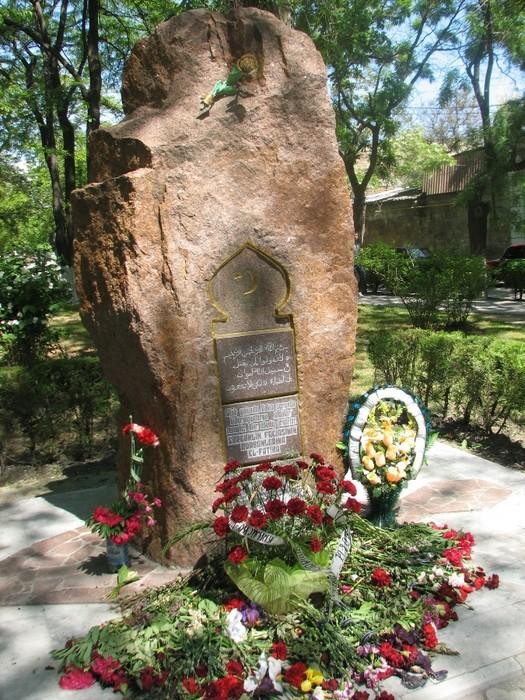 Denkmal für die Opfer der Deportation der Krimtataren in Feodossija, Krim.