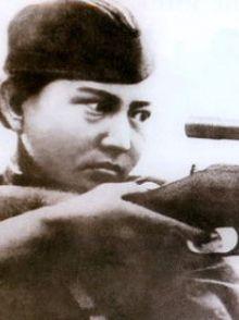 Alia Moldagulowa, Heldin der Sowjetunion, Scharfschützin. Starb mit 18 Jahren bei der Erstürmung eines Schützengrabens.