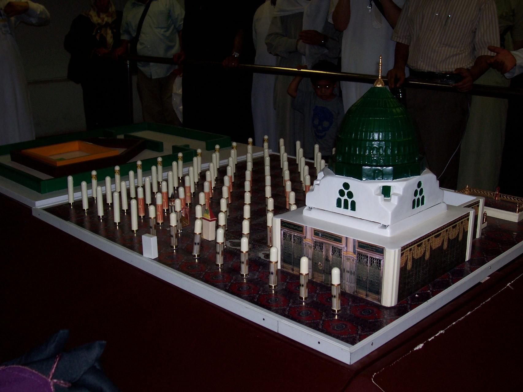 Die Moschee zur Zeit der osmanischen Erweiterung unter der grünen Kuppel, das Dach über den Säulen wurde abgetragen