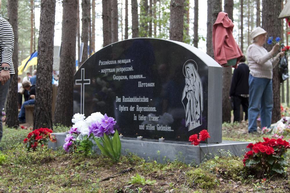 "Denkmal für 244 in Medweschogorsk/Republik Karelien erschossene Russlanddeutsche auf dem Friedhof ""Sandarmoch""/Karelien."